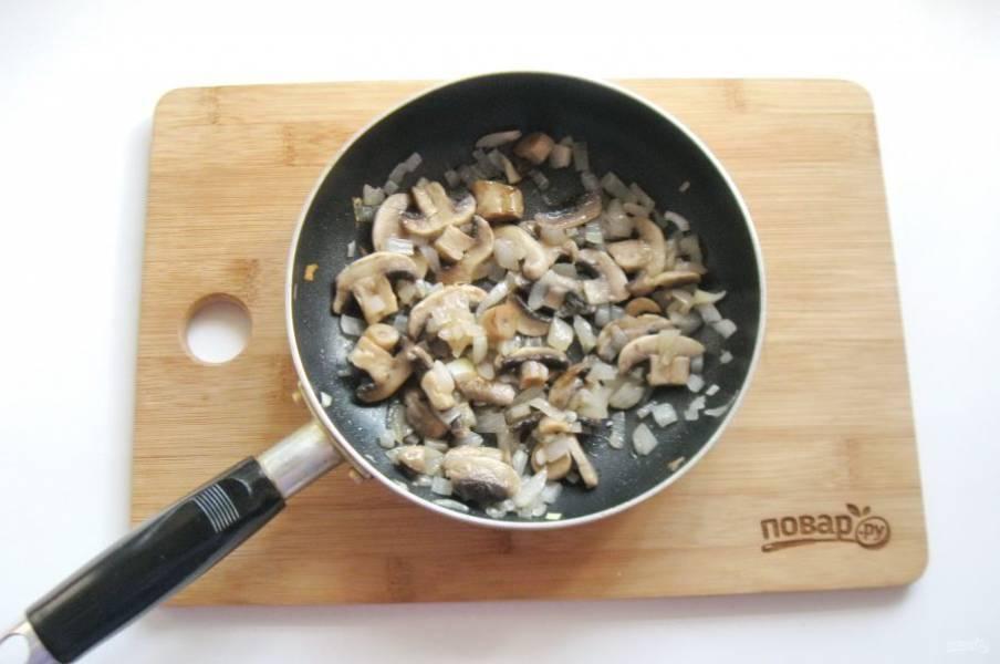 Налейте подсолнечное масло и обжаривайте лук с грибами, периодически перемешивая в течение 10 минут.