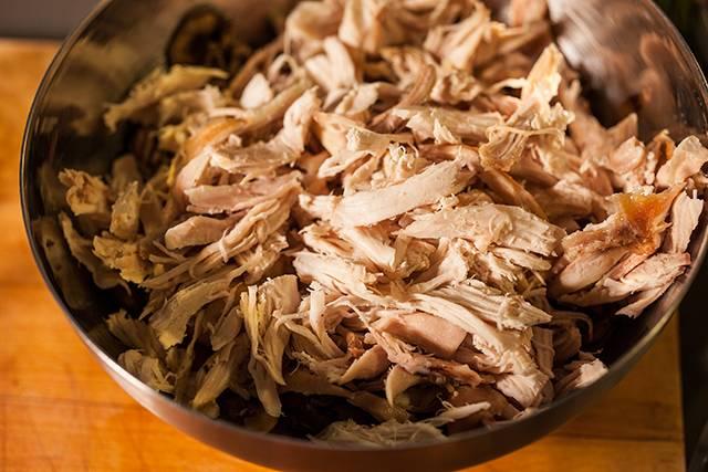 2. Дальше добавляем вино, сметану и масло. Сюда же - кусочки курицы. Вместе все тушим, и добавим специи и соль.