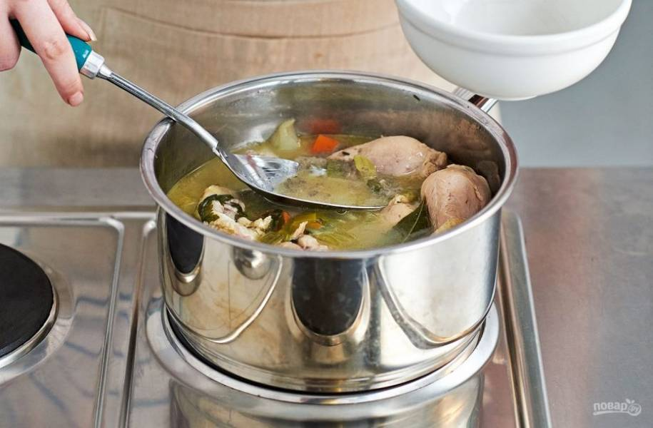 2. Снимите образовавшуюся пленку с бульона и продолжайте варить его еще в течение 20 минут.