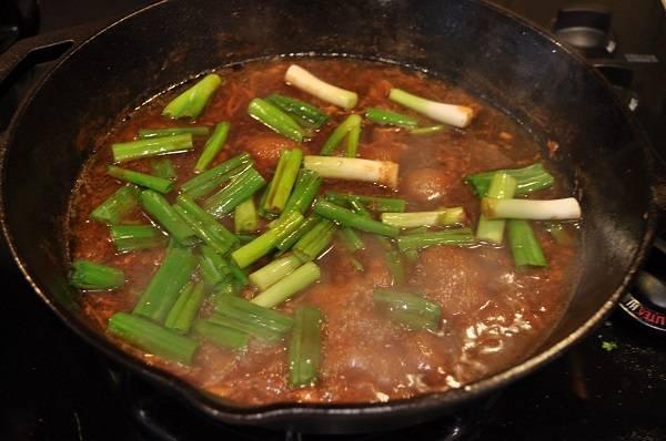 10. Когда курица готова, ее можно снять со сковороды, а соус уварить немного для подачи. За 2-3 минуты до конца приготовления добавить лук.