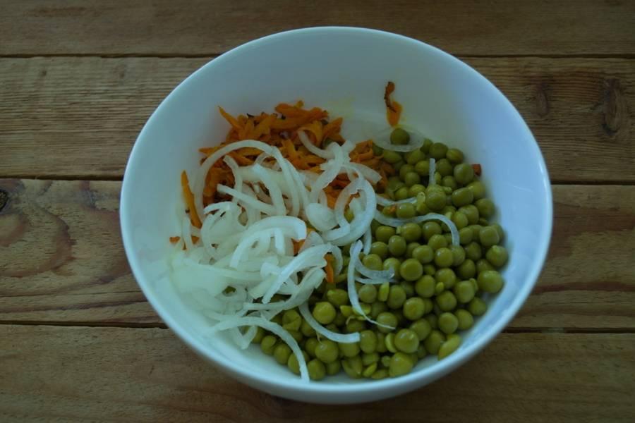 Горошек, лук и обжаренную морковь соедините в салатнике.