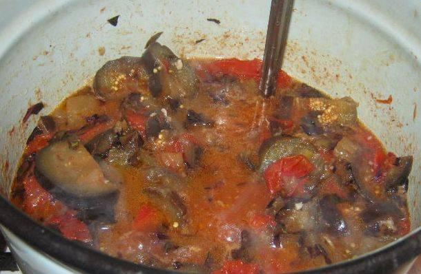 Когда пюре закипит, добавляем баклажаны и тушим все примерно пол часа на медленном огне.