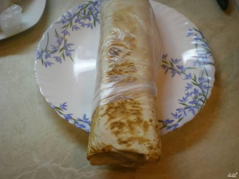 Готовую шаурму можете обернуть в салфетки или в пищевую пленку - в лучших традициях ларьков.