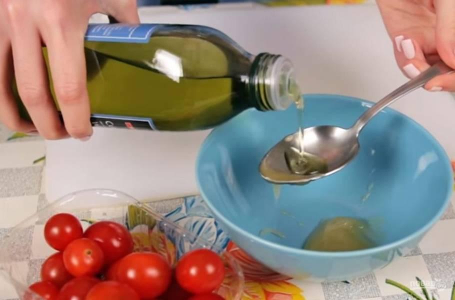 1. Для начала приготовьте соус. Для этого в мед добавьте несколько ложек оливкового масла, лимонный сок, мелко нарезанный чеснок, кинзу или другие травы и соль. Тщательно перемешайте. Соус готов.