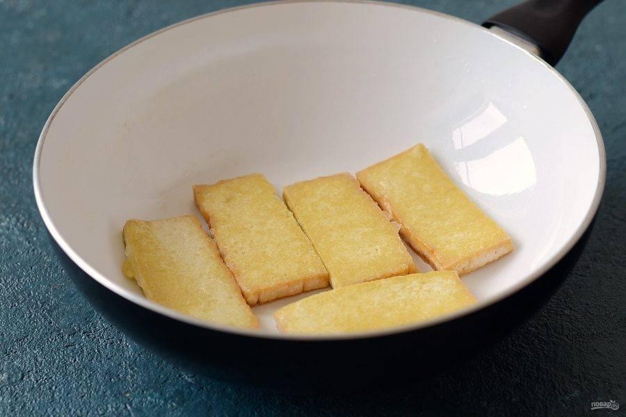 Тофу нарежьте ломтиками в полсантиметра. С помощью бумажных полотенец удалите лишнюю влагу. Обваляйте его в крахмале и обжарьте на сковороде с маслом до хрустящей корочки.