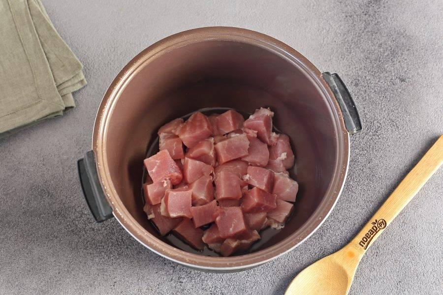 """Установите на мультиварке режим """"Жарка"""". Налейте масло и прогрейте его. Выложите мясо, нарезанное порционными кусочками."""