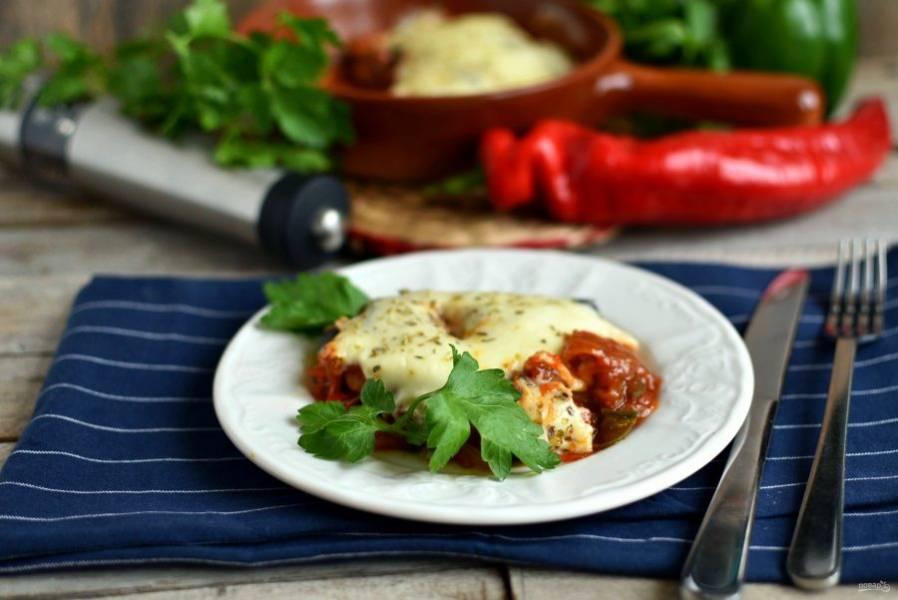 Подавайте блюдо горячим, украсив свежей зеленью. Можно на гарнир подать пасту, а можно ограничиться свежим хлебом. Бокал вина очень рекомендуется.