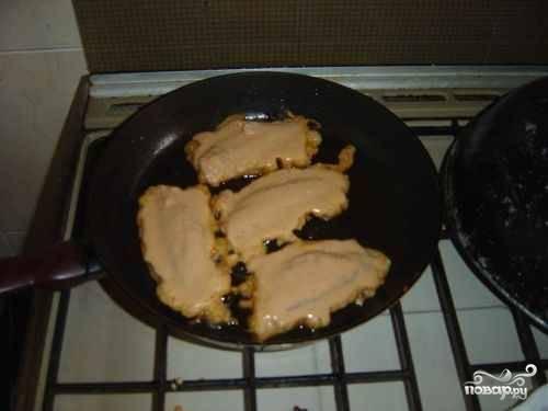 Каждый кусочек рыбы обмакиваем в кляр и кладем на сковороду с разогретым растительным маслом. Жарим на медленном огне с обеих сторон до золотистой корочки. Около 10 минут.