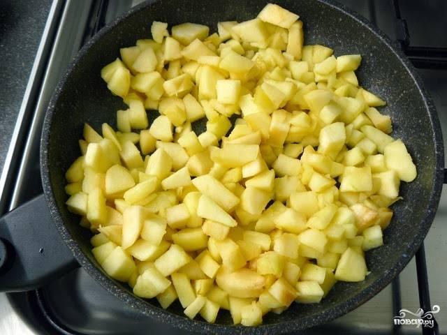 Обжарьте яблоки в масле до румяного цвета.