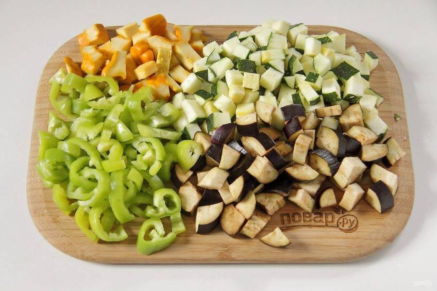 4. Нарежьте кубиками патиссоны, кабачок и баклажаны, перец - соломкой.