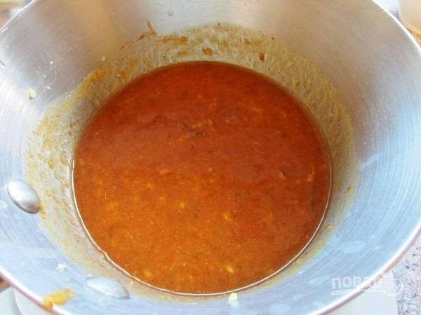 8. Приготовьте соус: соедините тертый корень имбиря, персиковый джем, сок лимона, сахар, чили, горчицу. Добавьте несколько ложек оливкового масла и перемешайте.