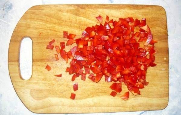 Болгарский перец очищаем от семян, промываем и нарезаем небольшими кубиками.