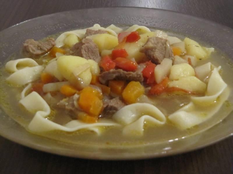 Подаем готовый лагман в домашних условиях в плошках, сначала кладем лапшу, потом заливаем ее супом с мясом и овощами. Приятного аппетита!