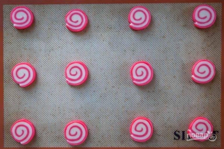 9.Выложите кусочки на противень и запекайте в разогретом до 180 градусов духовом шкафу 10-12 минут.