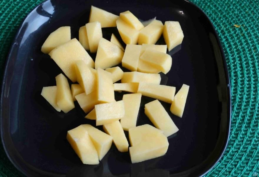Далее приступаем к подготовке овощей. Картофель очищаем от кожуры, моем, режем брусочками.