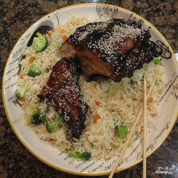 Подаем готовые свиные ребрышки с рисовым гарниром. Приятного аппетита!