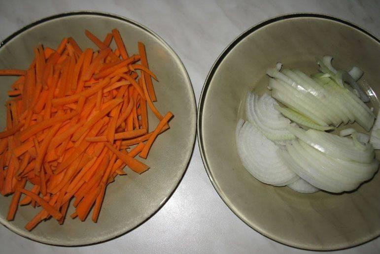 Первым делом займемся подготовкой овощей, чистим морковь и лук, нарезаем морковку соломкой, а репчатый лук режем полукольцами.