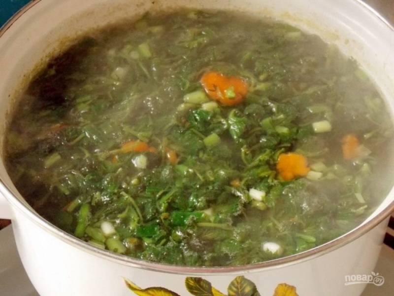 6. Когда картофель сварится, отправьте крапиву в бульон и варите еще 5-7 минут.
