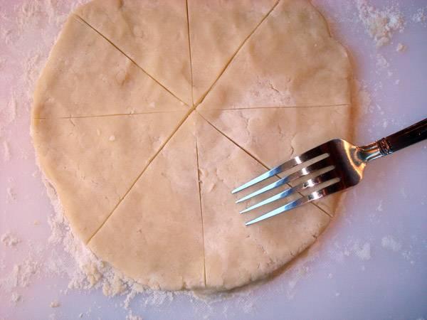 Раскатываем тесто и протыкаем его вилкой и нескольких местах. Выпекаем в духовке при 180 градусах примерно 15 минут. Даем остыть 5 минут и режем на небольшие кусочки.