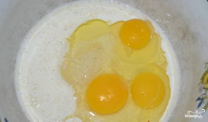 В миске смешайте яйца с манкой, перцем, солью и сливками.