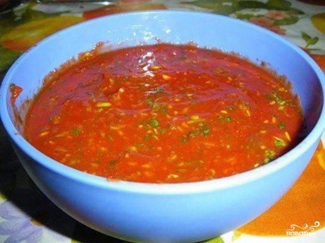Теперь всыпьте зелень к томатам, продавите зубчики чеснока на чеснокодавке и отправьте в маринад. Посолите его по вкусу. Маринад готов. Можно нарезать говядину порционными кусочками и класть в маринад. Маринуется мясо от двух до пяти часов.