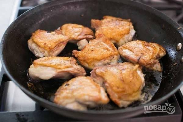 Куриные бедра посыпьте солью и перцем. Обжарьте их на сковороде около 10 минут на стороне с кожей, затем переверните и жарьте еще минут 5.