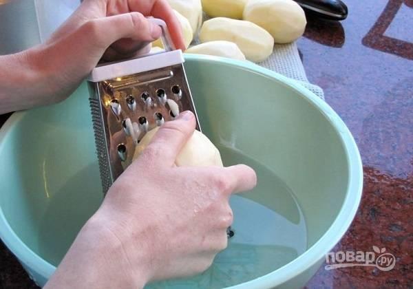 1. Картофель очистите и натрите на терке. Чтобы он сразу не потемнел, можно тереть его в мисочку с холодной водой. Натрите также луковицу.