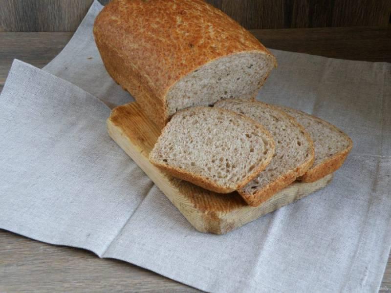 Выпекайте хлеб в прогретой до 200 градусов духовке, плеснув на дно полстакана горячей воды.   Готовый хлеб выньте из формы и «умойте» холодной водой. Накройте льняной салфеткой и дайте остыть.