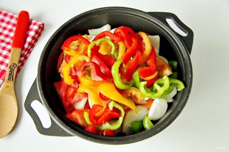Болгарский перец очистите от семян и нарежьте соломкой.