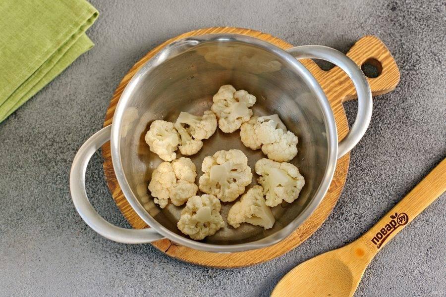 Переложите капусту в кастрюлю.