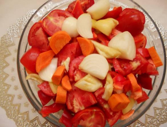 2. Готовим овощи: тщательно моем их и нарезаем на 4-6 частей. Чеснок также нарезаем, а не давим. Нарезка должна быть такой, чтобы  овощи легко помещались в лотке мясорубки.