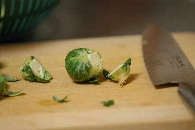 Ингредиенты: 450 г Брюссельской капусты, поваренная соль 1/2 чайной ложки, 1/2 ложки масла, черный перец.  Срезаем основание брюссельской капусты с каждой головки.