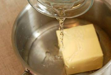 В кастрюлю кладем масло (100 г.), заливаем его водой.