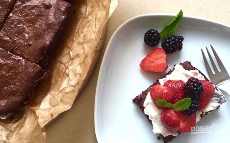 8.Уже остывший пирог украсьте взбитыми сливками и ягодами, приятного аппетита!