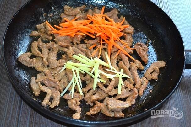 8. Выложите морковь и имбирь, жарьте еще минут 5.
