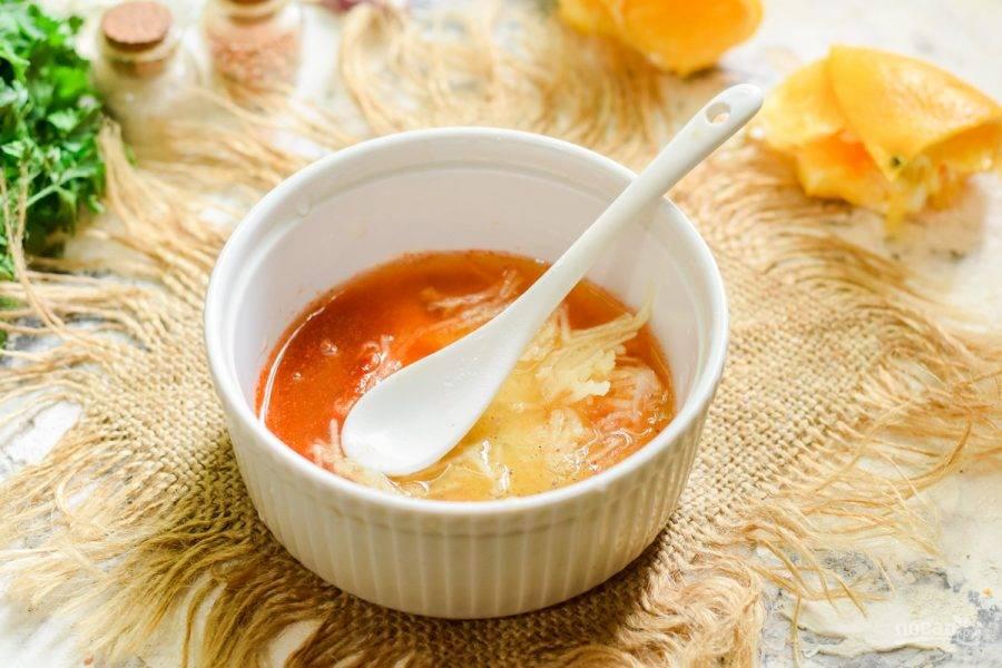 Выдавите сок апельсина.