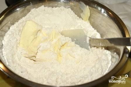 Смешиваем просеянную муку с разрыхлителем и щепоткой соли, добавляем сливочное масло и перетираем в крошку. Добавляем сахар (обычный и ванильный).