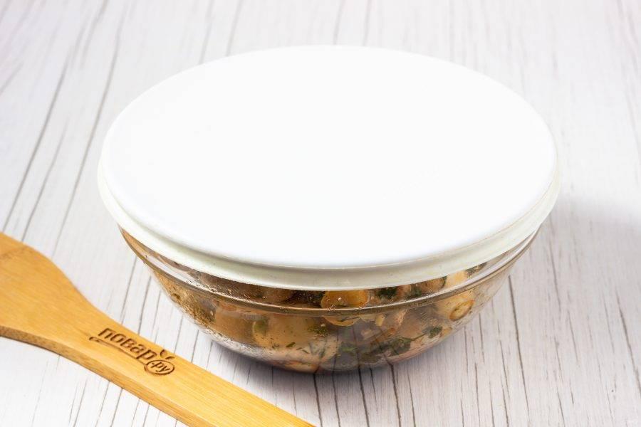Накройте крышкой и оставьте на 15-20 минут. 2-3 раза можно потрясти миску.