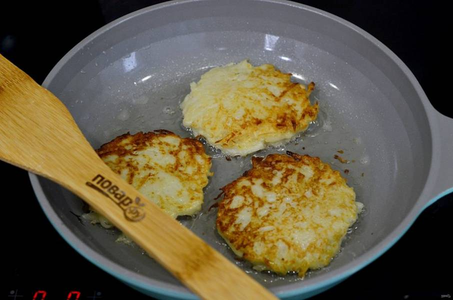 5. В сковороде разогрейте масло, выкладывайте драники ложкой и обжаривайте с двух сторон.