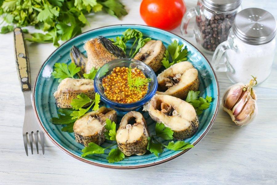 Выложите нарезку на тарелку, подавайте к столу горячей с любым соусом, сметаной, горчицей и свежей зеленью.