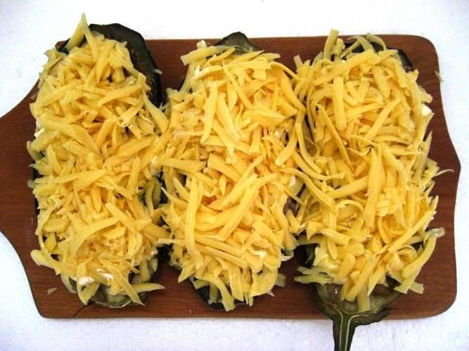 Посыпьте тертым сыром и запекайте в мультиварке в течение 50 минут. На стол подавайте с овощами и зеленью.