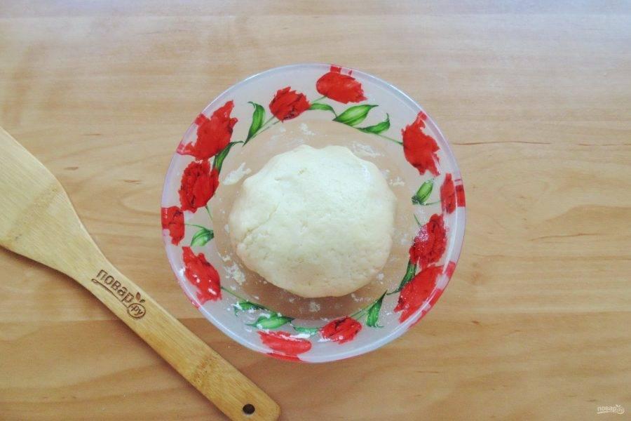 Налейте в эту крошку 3-4 столовые ложки ледяной воды и быстро замесите тесто. Отправьте его в холод на 30-40 минут.