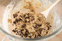 Смешиваем с растопленным маслом. Добавляем измельченные орехи и шоколад.