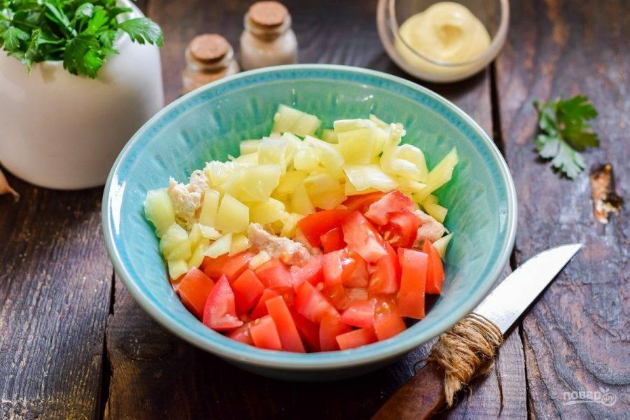 Соедините все ингредиенты в салатнике.