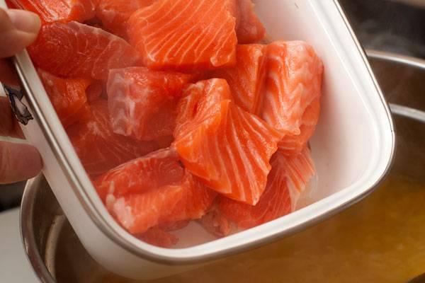 Филе рыбы нарезаем довольно крупными кусочками и добавляем в суп.