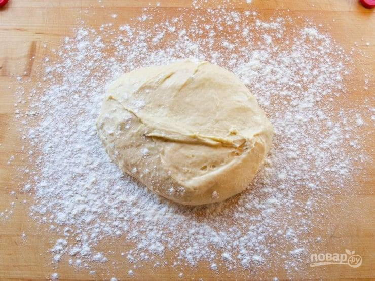 5. Потом начните замешивать тесто руками. Делайте это в течение 10 минут, подсыпая муку при необходимости.