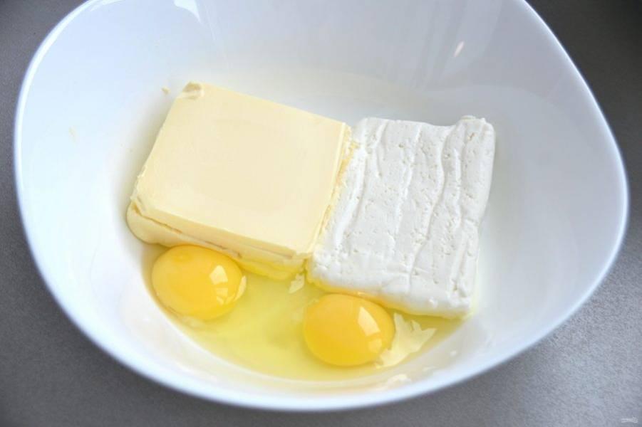 Соедините яйца, творог, размягченное сливочное масло, хорошо смешайте.