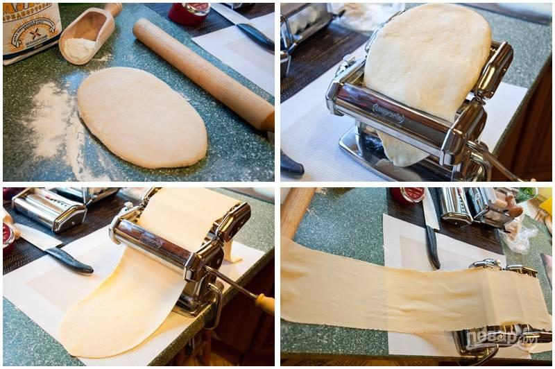 6. Если у вас нет специальной машинки для приготовления и нарезания лапши - делайте это при помощи скалки и ножа. У меня есть специальная машина, поэтому я готовлю лапшу с ее помощью за 20 минут.