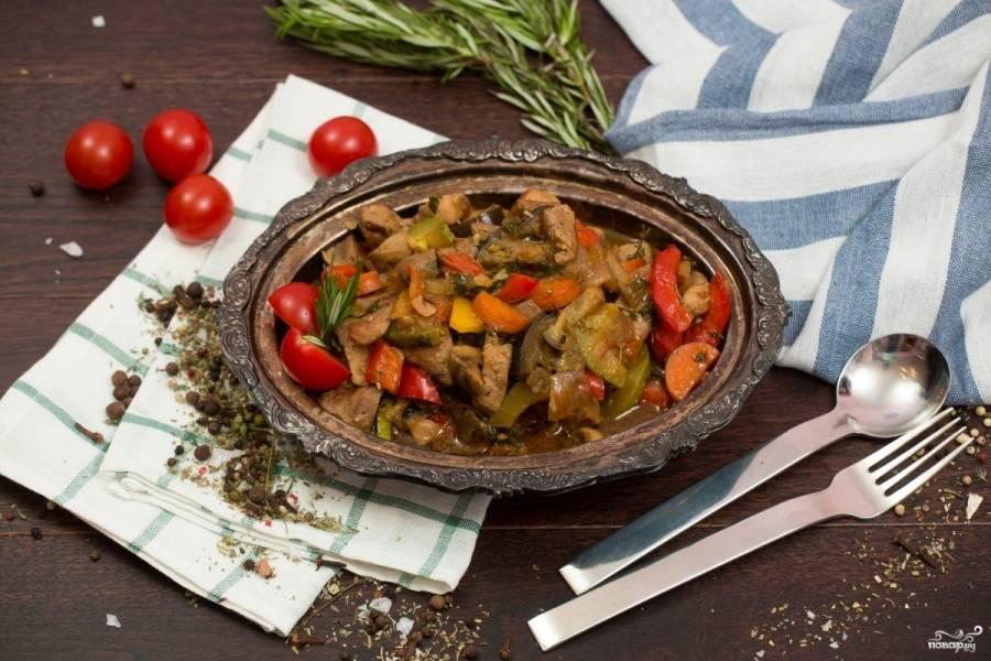 Готовое овощное рагу со свининой подавайте горячим, полив соусом песто. Приятного аппетита!