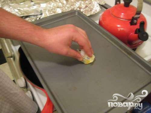 3.Через полчаса снова перемешайте тесто и либо приготовьте специальную сковородку «аппе тава», либо разогрейте духовку и подготовьте противень.